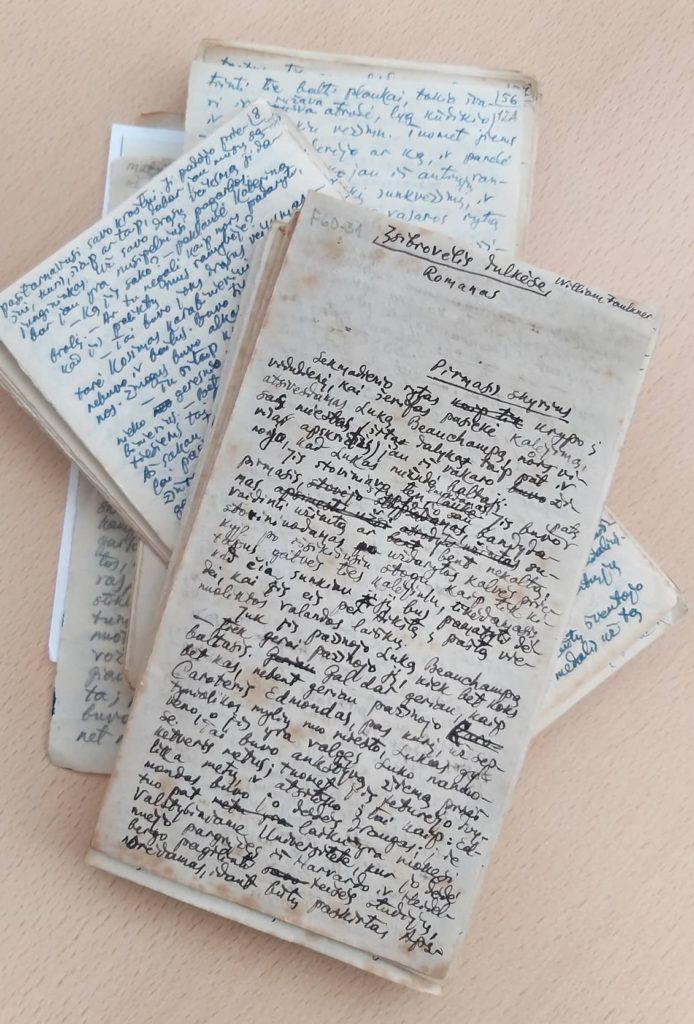 Faulkner, William. Įsibrovėlis dulkėse: romanas/ iš anglų k. vertė K. Barėnas. – [ Eccles (Didžioji Britanija), b.m., 478 p.]. – Rankraštis. PAVB Rankraščių fondas.