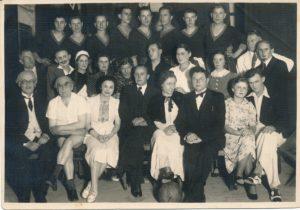"""Draugijos """"Daina"""" Panevėžio skyriaus vaidintojų grupė po spektaklio """"Tudbulindu"""". Fotogr. J. Žitkaus. Panevėžys. 1938 m. PAVB F37-3"""