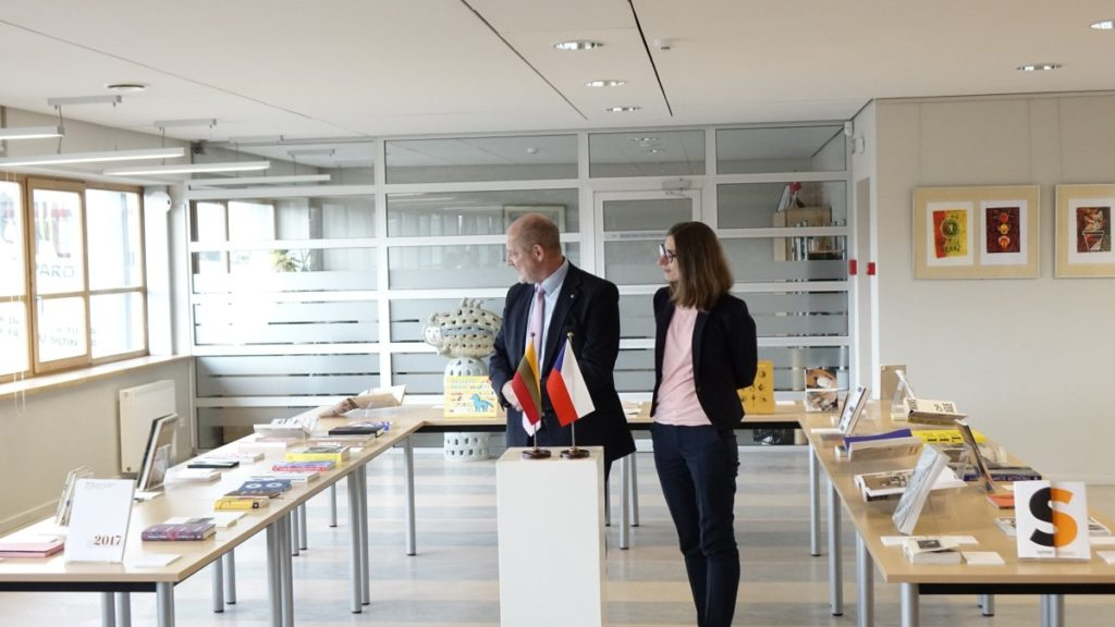 Gražiausios Čekijos knygos. Čekijos Respublikos nepaprastasis ir įgaliotasis ambasadorius Lietuvoje J.E. ponas Vítas Korseltas ir ambasados darbuotoja Laura Vancevičienė