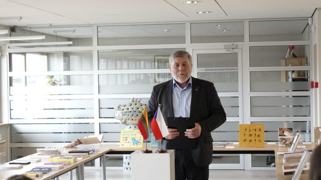 Gražiausios Čekijos knygos. Bibliotekos direktoriaus pavaduotojas Algimantas Skvereckas