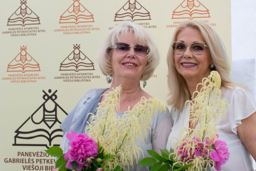 Vasaros knygų fiesta. Aktorė rašytoja Gražina Baikštytė ir aktorė Vaiva Mainelytė