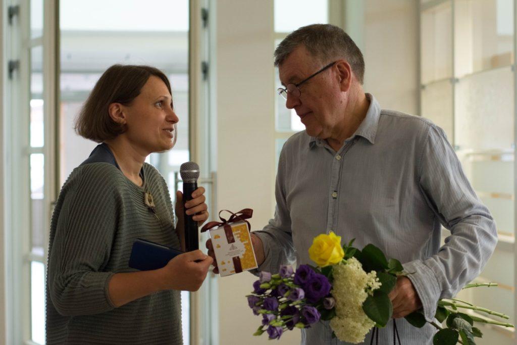 Saldus medus iš Bitės bibliotekos direktorės Jurgitos Bugailiškienės rankų.