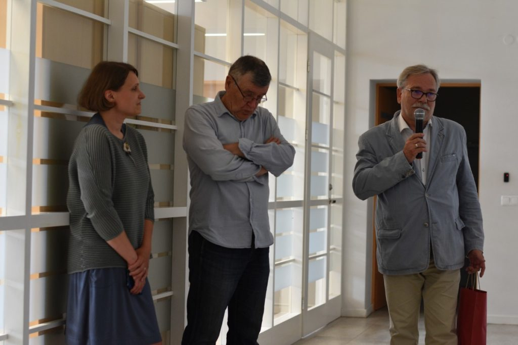 Panevėžio miesto mero pavaduotojas Valdemaras Jakštas sveikina parodos autorių Stasį Povilaitį