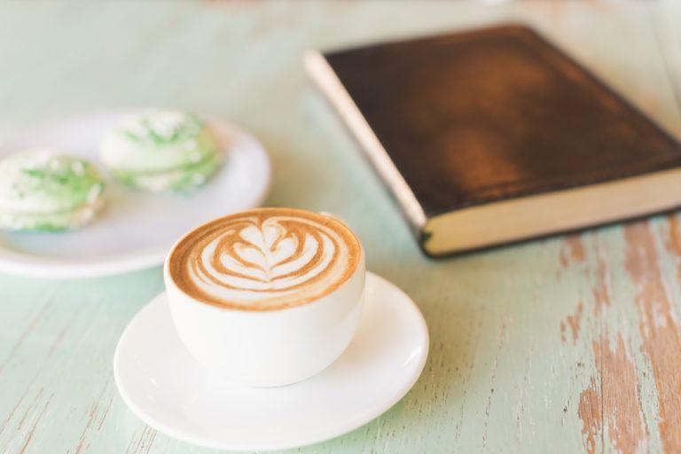 Tinklaraštis Geros knygos. Iliustracija: kavos puodelis, pyragaičiai, knyga.