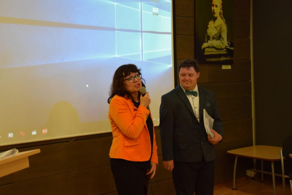 Panevėžio Jaunuolių dienos centro direktorė L. Trebienė ir centro paramos gavėjas D. Burlak