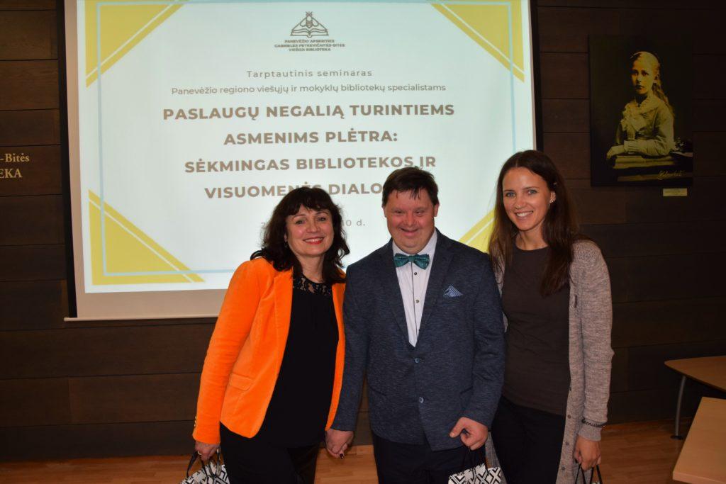 Panevėžio Jaunuolių dienos centro direktorė L. Trebienė, centro paramos gavėjas D. Burlak ir socialinė darbuotoja E. Gudžinskienė