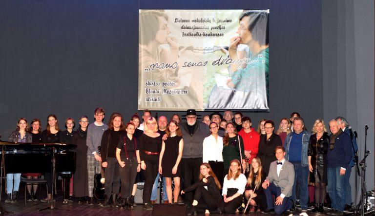 """Dainuojamosios poezijos festivalis """"Mano senas drauge"""". Dalyvių nuotrauka"""