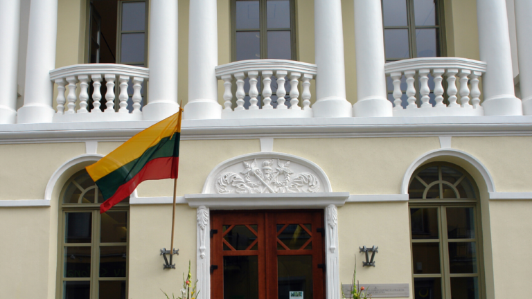 Bibliotekos fasadas su Lietuvos vėliava