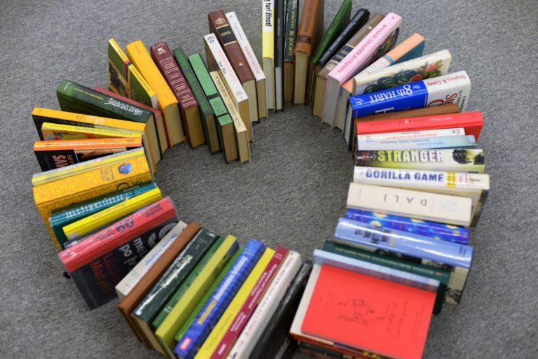 Ant kilimo išdėliotos knygos, sudarančios širdies formą