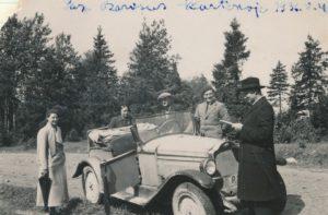 Juozas ir Sofija Barisai su kunigu Augustinu Liepiniu kelionėje automobiliu po Žemaitiją