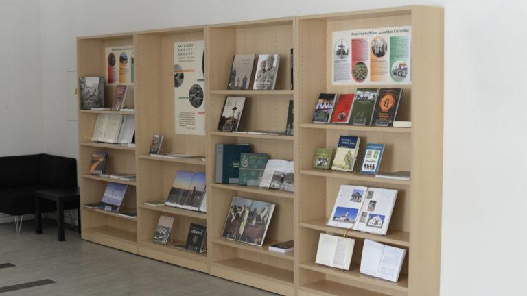 """literatūros paroda """"PAVELDĖTI. PAŽINTI. SAUGOTI: Lietuvos vertybės – UNESCO sąrašuose"""""""