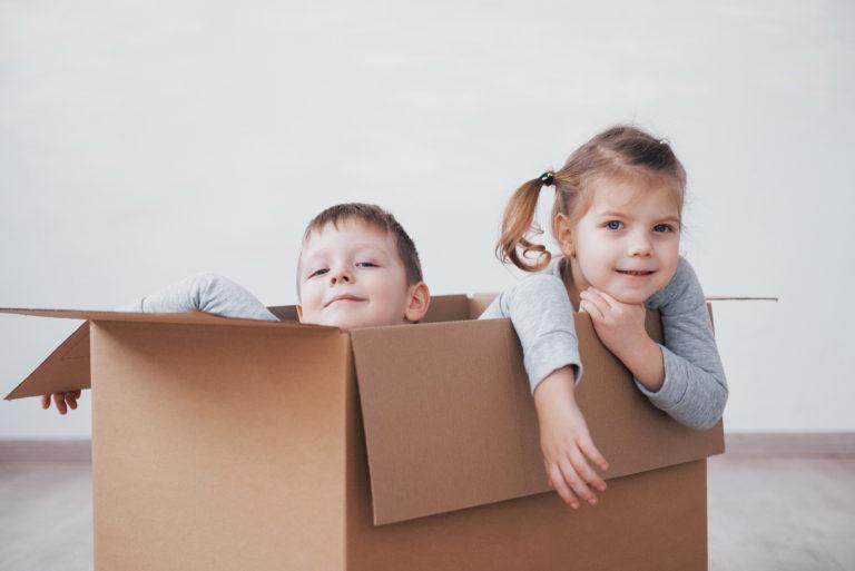 Vaikai žaidžia dėžėje