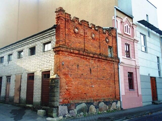 """Panevėžio Bataliono gatvėje išlikusi namo Nr. 5, kuriame veikė """"Vilnies"""" spaustuvė, siena."""