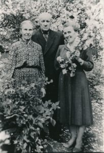 Ona Daujotaitė su tėvais Ignu ir Marcijona Daujotais. Panevėžys. Apie 1930–1935 m. PAVB F26-12