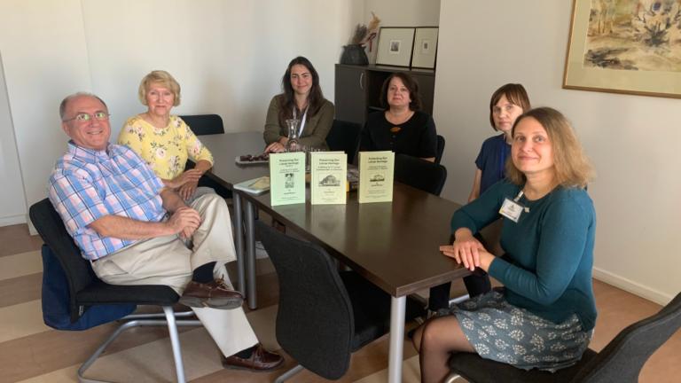 Philip S. Ir Aldona Shapiro su bibliotekos direktore Jurgita Bugailiškiene (dešinėje) ir darbuotojomis (iš dešinės į kairę) Loreta Dunduliene, Audrone Palioniene, Monika Banelyte. Nuotr. Philip S. Shapiro.
