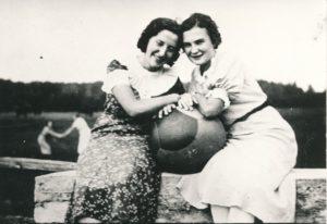 Aldona Januškevičiūtė-Jankūnienė (dešinėje) su Aldona Renigeryte-Stonkus. Panevėžys. 1936 m. PAVB F39-2
