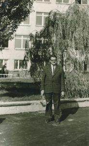 Mokytojas Juozas Slėnys prie Panevėžio 3-iosios vidurinės mokyklos