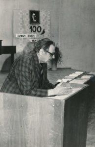 Juozas Slėnys skaito pranešimą Panevėžio vaikų muzikos mokykloje