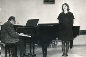 Juozas Slėnys akompanuoja fortepijono 7 klasės mokinei E. Sakalauskaitei