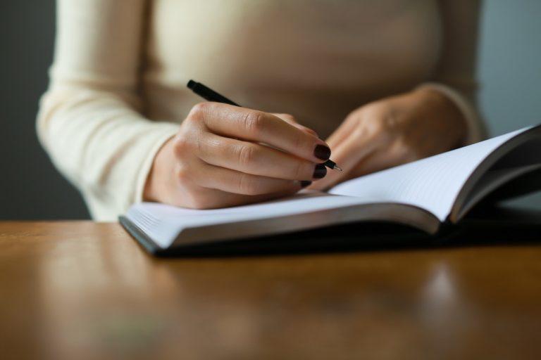 Moteris su užrašų knygele
