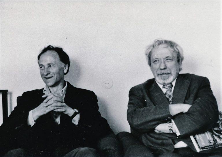 Kinematografininkas Jonas Mekas su savo mokytoju, režisieriumi Juozu Miltiniu. Panevėžys. 1977 m. Nuotrauka iš Panevėžio apskrities G. Petkevičaitės-Bitės viešosios bibliotekos Jono Meko fondo F6
