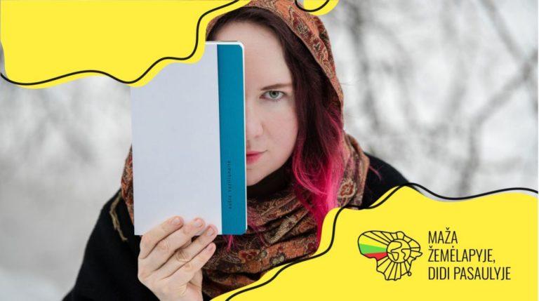 """Poetė Aušra Kaziliūnaitė rankose laiko savo poezijos knygą """"Jūros nėra"""""""