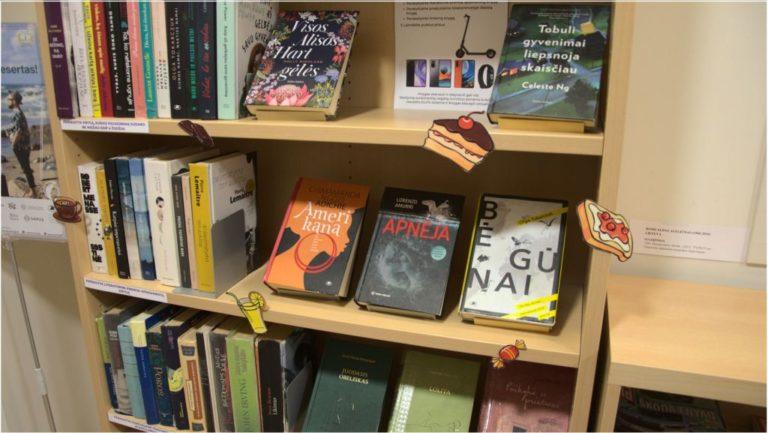 Knygų lentyna bibliotekoje
