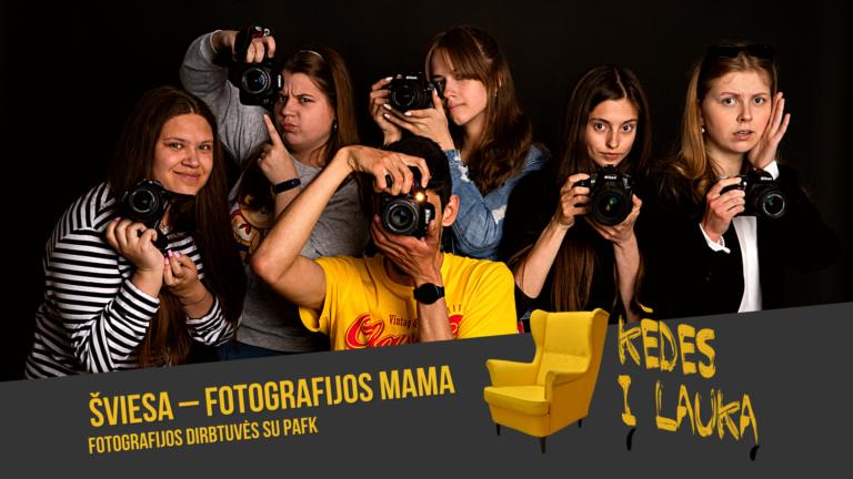 Būrelis jaunuolių, rankose laikančių fotoapratus