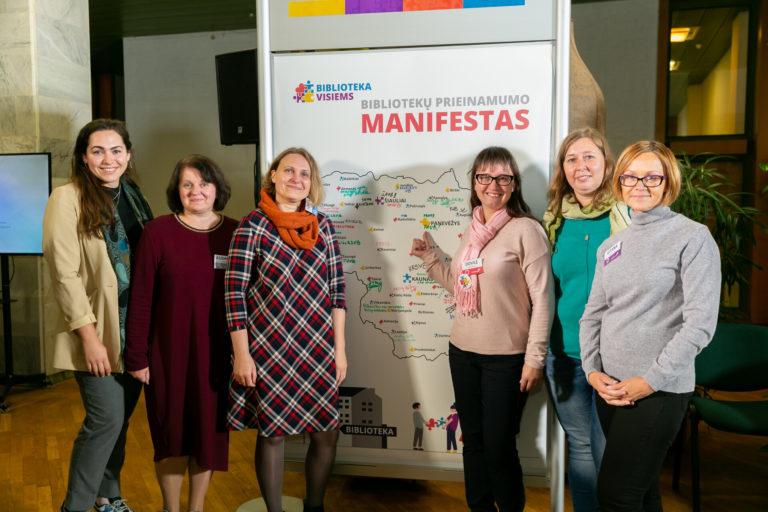 """""""Biblioteka visiems. Konferencija+"""" dalyvavęs biblioteko kolektyvas prie pasirašyto Biblotekų prieinamumo manifesto. Nuotr. Gerdos Putnaitės"""