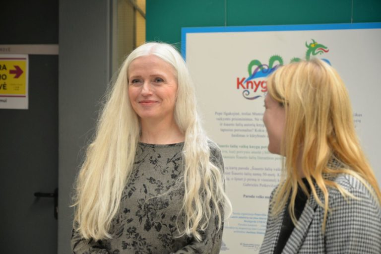 Rašytoja ir iliustratorė Kristín Ragna Gunnarsdóttir šypsosi