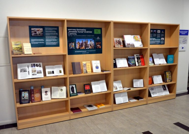 Lentynos ir jose stovinčios parodos knygos