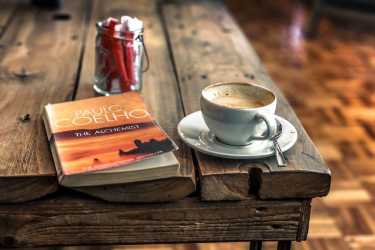 Knyga ir kavos puodelis