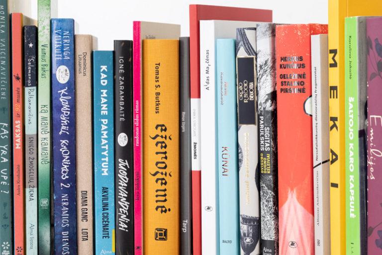 Knygų nugarėlės lentynoje